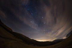 从阿尔卑斯的满天星斗的天空,观看由全天相镜头 免版税库存照片