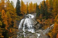 阿尔卑斯秋天风景和瀑布 免版税库存照片