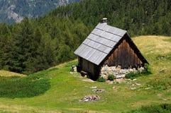 阿尔卑斯美好的瑞士山中的牧人小屋&# 免版税库存图片