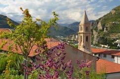 阿尔卑斯背景的一个小意大利教会  库存图片