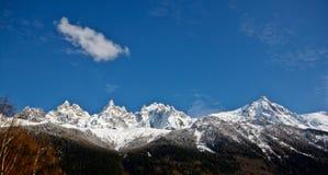 阿尔卑斯蓝色山峰天空 免版税库存照片