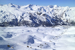 阿尔卑斯雪峰顶,与滑雪滑雪道的谷在法国手段 免版税库存图片