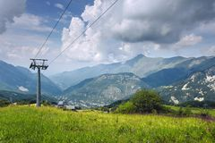 阿尔卑斯,利莫内皮耶莫恩泰滑雪场在夏天 谷的看法从山的顶端 免版税库存图片