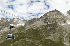 阿尔卑斯,法国意大利边界, 2017年7月29日- Skyway缆车r 库存照片