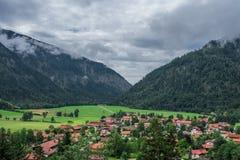 阿尔卑斯,巴伐利亚德国山的村庄拜里施策尔  库存照片