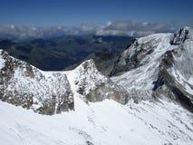 阿尔卑斯-山峰鸟瞰图与雪的在云彩 免版税图库摄影