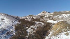 阿尔卑斯-鸟瞰图 在雪下的山在冬天 雪与蓝天的山脉风景全景  股票录像
