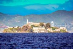 阿尔卡特拉斯岛在日出的旧金山湾 免版税库存图片