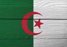 阿尔及利亚的旗子木墙壁背景的 难看的东西阿尔及利亚的旗子纹理 库存图片