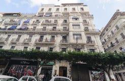 阿尔及尔,阿尔及利亚- 2016年9月24日:市的法国殖民地边阿尔及尔阿尔及利亚 现代城市有许多老法国类型大厦 免版税库存照片