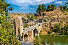 阿尔坎塔拉桥梁在托莱多,西班牙 免版税库存图片