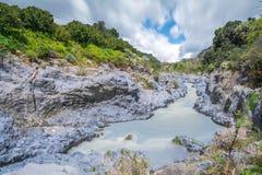 阿尔坎塔拉河流动在岩石峡谷的,西西里岛,意大利 免版税库存照片