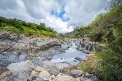 阿尔坎塔拉河流动在岩石峡谷的,西西里岛,意大利 免版税库存图片