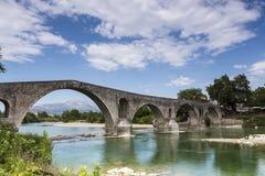 阿尔塔桥梁是横渡阿拉奇的一座老石桥梁 免版税库存照片