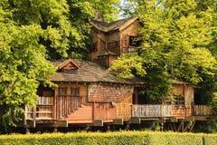 阿尔尼克庭院树上小屋 免版税库存照片