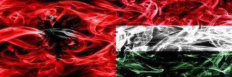 阿尔巴尼亚对匈牙利,肩并肩被安置的匈牙利烟旗子 阿尔巴尼亚语和匈牙利,匈牙利语的厚实的色的柔滑的烟旗子 皇族释放例证
