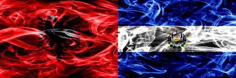 阿尔巴尼亚对萨尔瓦多,肩并肩被安置的萨尔瓦多的烟旗子 阿尔巴尼亚语和萨尔瓦多的厚实的色的柔滑的烟旗子, 皇族释放例证