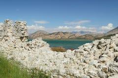 阿尔巴尼亚, Butrint,在古老城市墙壁之后被看见的山 免版税库存照片