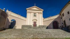 阿尔巴诺拉齐亚莱连斗帽女大衣的教会由太阳timelapse hyperlapse照亮了在一个夏日 影视素材