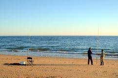 阿尔布费拉,葡萄牙- 2017年11月14日:conversating在海滩的葡萄牙渔夫 库存图片