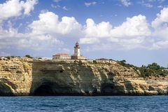 阿尔布费拉,阿尔加威,葡萄牙, 2017年8月14日 灯塔关于 库存照片