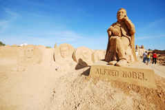 阿尔弗雷德・诺贝尔大沙子雕塑在阿尔加威,葡萄牙 免版税库存照片