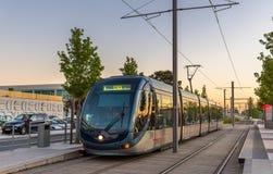 阿尔斯通在Palais des Congres驻地的Citadis 302电车在红葡萄酒,法国 红葡萄酒电车系统有66 km线和 免版税图库摄影