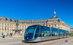 阿尔斯通在Place de la Bourse驻地的Citadis 302电车在红葡萄酒,法国 红葡萄酒电车系统有66 km线和 免版税图库摄影