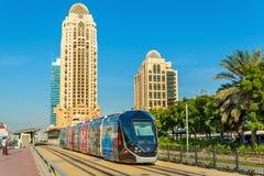 阿尔斯通Citadis 402电车在迪拜 图库摄影