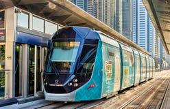 阿尔斯通Citadis 402电车在迪拜 免版税库存照片