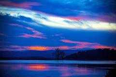 阿尔根金族秋天加拿大严重的湖10月安大略公园地方上的日落 免版税图库摄影