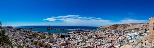 阿尔梅里雅老镇和港口全景  免版税库存图片