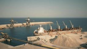 阿尔梅里雅,西班牙- 2018年9月25日 干货船鸟瞰图用水泥被装载的在LafargeHolcim船坞 股票视频