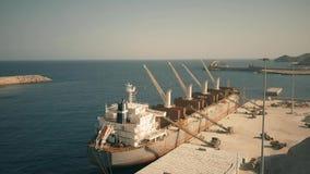 阿尔梅里雅,西班牙- 2018年9月25日 Ellirea用水泥被装载的散装货轮船鸟瞰图在LafargeHolcim 股票视频