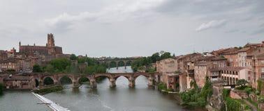 阿尔比,大教堂和老桥梁的全景 库存图片
