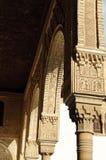 阿尔汉布拉成拱形装饰的列里面 库存照片