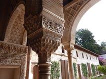 阿尔汉布拉成拱形装饰的列 免版税图库摄影