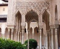 阿尔汉布拉成拱形装饰的列 免版税库存照片