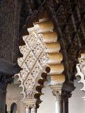 阿尔汉布拉成拱形装饰的列 库存照片