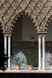 阿尔汉布拉成拱形装饰的列 库存图片