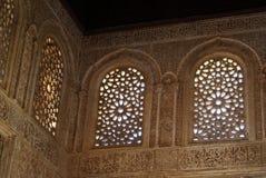 阿尔汉布拉摩尔人宫殿被雕刻的视窗 免版税库存图片