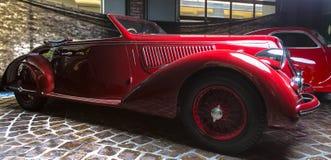 阿尔法・罗密欧6C 2300B减速火箭的汽车爱德乐特伦普夫小辈棕色豪华减速火箭的汽车Cabrio大型高级轿车黑暗背景 库存图片