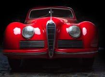 阿尔法・罗密欧6C 2300B黑暗的背景爱德乐特伦普夫小辈棕色豪华减速火箭的汽车Cabrio大型高级轿车黑暗背景 免版税库存图片