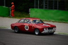 1971年阿尔法・罗密欧2000 GT Veloce在蒙扎 库存图片