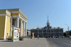 阿尔泰和`青年剧院在尖顶`下的房子方形的10月 市Barnaul,阿尔泰边疆区 免版税库存图片