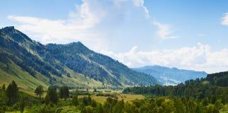 阿尔泰山在蓝天下 免版税图库摄影