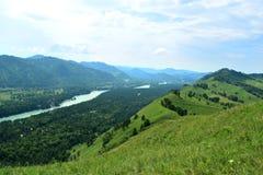 阿尔泰山白天的蓝色Katun河风景 库存照片