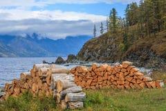 阿尔泰山的俄国村庄 免版税库存照片