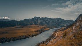 阿尔泰山的河 免版税库存图片