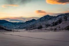阿尔泰山脉在冬天 Chuya土坎 库存图片